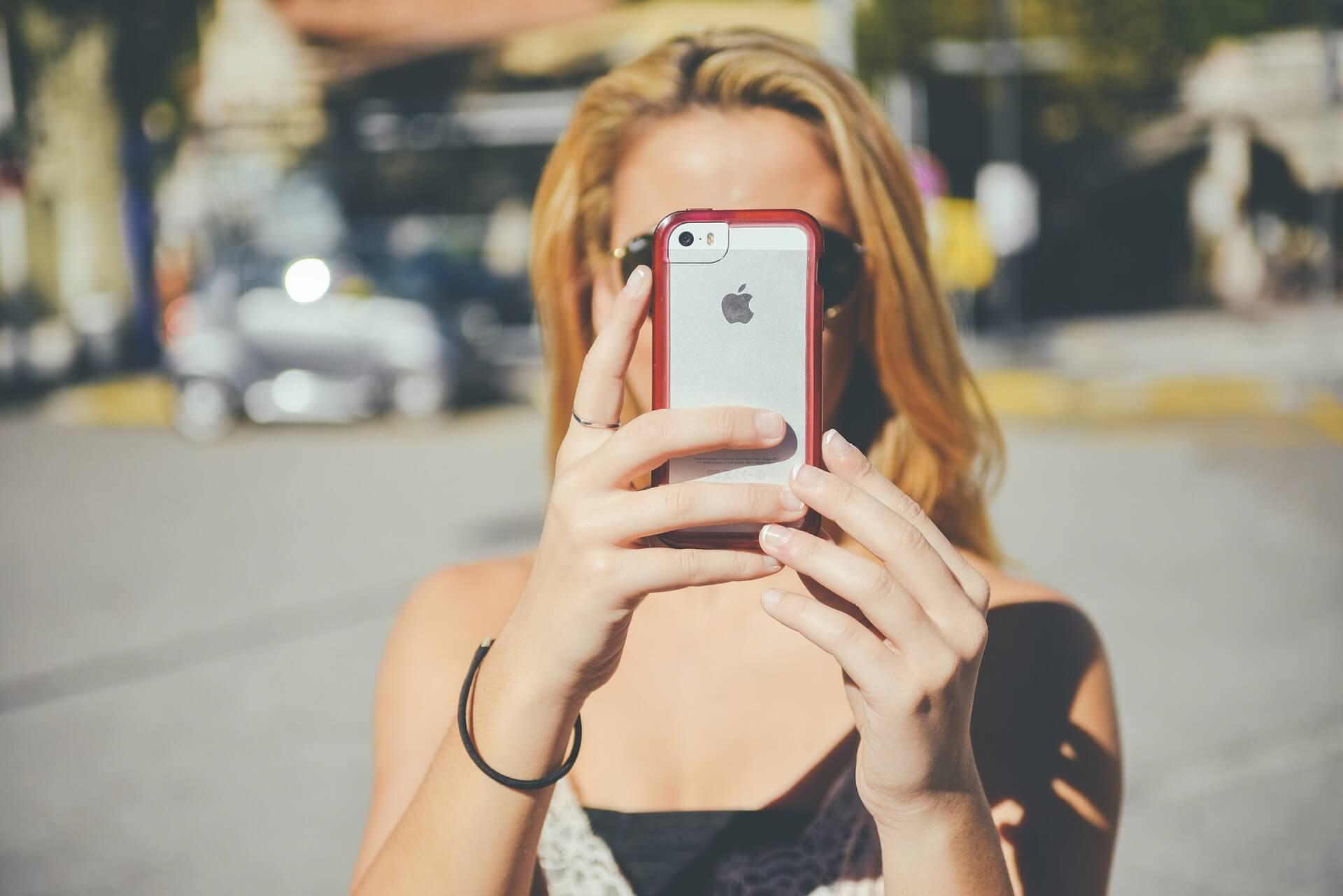 iPhoneを見ている女性