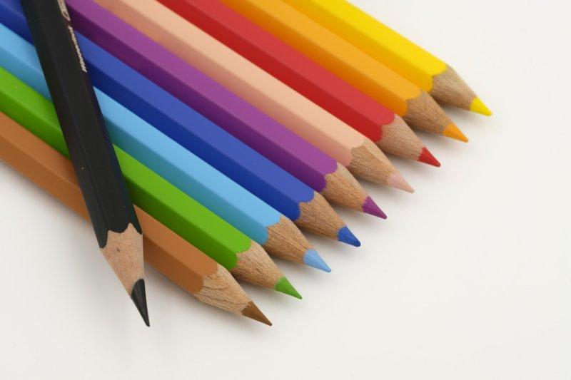 カラフルな色鉛筆10色