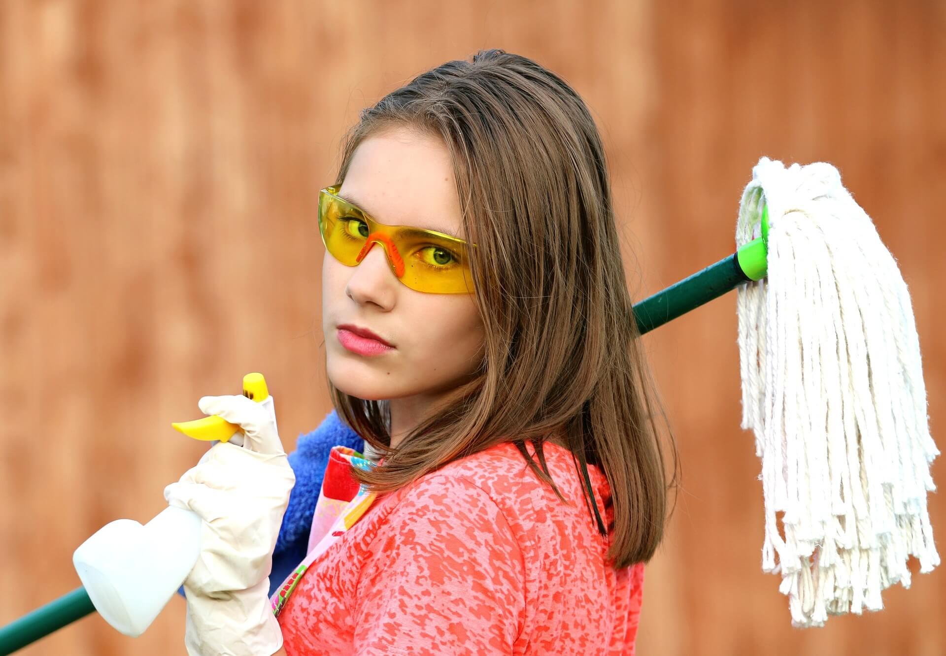 掃除道具を持っている女性